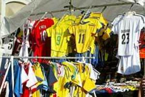 Äkta eller inte? Fotbollströjor är en av de vanligast förekommande piratkopierade produkterna.