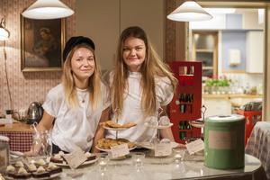 Ebba Sand och Nanna Evertsson tycker att det är värt att betala några kronor extra för ekologisk mat. På miljökvällen sålde de ekologiskt fika.