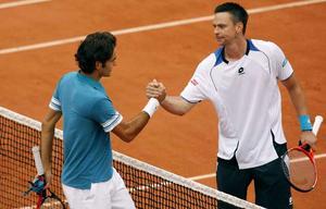 Mästaren - och övermannen. 25-årige Robin Söderling från västgötska Tibro hade inga större problem att slå ut mästaren Federer som därmed bryter sin svit att vara med i samtliga Grand Slam-semifinaler sedan Wimbledon 2004.