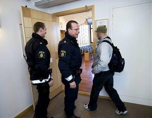 Kramforsbon på väg in i rättssalen åtalad för en hel hop med brott. Bland annat har han hotat att