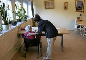 Kund och produkt? Kostnadsjakten i äldrevården måste få ett slut för de boende måste få den vård och hjälp de behöver, framhåller skribenten. Bilden är från annan ort.Foto Henrik Montgomery/TT