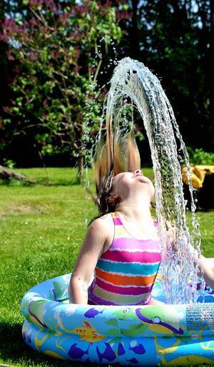 Amanda i Hökåsen njuter av värmen som har kommit och har lite vattenkonst. Som vanligt måste pappa var med kameran i högsta hugg. Blev en kul bild.