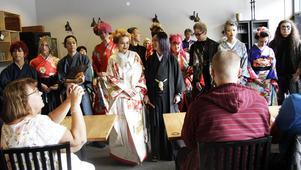 Hela japanska gänget samlade för fotografering.