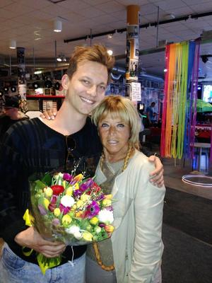 I måndags blev musikern Viktor Öberg överraskad av Barbro Svensson som gav honom en bukett blommor och berättade att han är mottagaren av årets Lill-Babs-stipendium. Den första maj står de båda på samma scen i Järvsö.Foto: Aaron Pihri