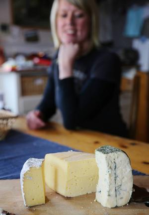 Erika brinner för ost och kor. Efter en nybörjarkurs blev hon så intresserad så hon startar upp verksamhet hemma i Medskogen.