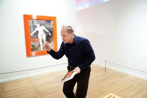 Johansson har valt ut sju av Zorns målningar och försett dem med nya ramar. Kopior av originalramarna men med ny gräll färg.