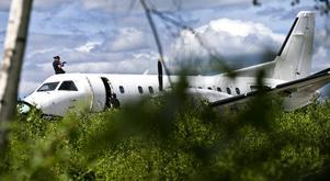 Säkrar spår. Polisens tekniker undersökte det SAAB 340-plan som natten till tisdag utsattes för skadegörelse och klotter på Örebro airport.