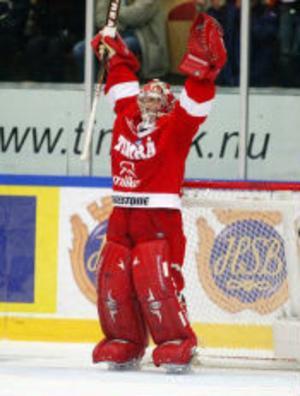 Omutlig till dess att fyra minuter återstod. Timrås finske målvakt, Mika Oksa, var ändå lagets störste hjälte och matchvinnare när Färjestad besegrades med 3-1.