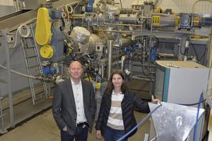 Den nya pilotanläggningen ska bidra till att Valmet tar fram bättre och miljövänligare system för bioraffinaderier, berättar Olof Melander, chef för forsknings- och utvecklingscentret, och kommunikationschefen Kerstin Eriksson.