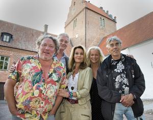Leif Andrée, Maria Lundqvist, Lasse Åberg, Malena Ernman och Claes Månsson på slottet vid inspelningarna i somras.