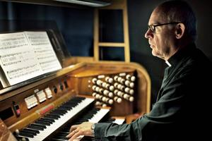 INKÖRSPORTEN. Han har inga rötter i en kyrklig familj utan det som tog Ulf Jensius till kyrkan var orgeln han lärde sig spela under gymnasiet. Som 20-åring började han jobba som kantor och gjorde det i tolv år innan han kände att han ville något mer och utbildade sig till präst.