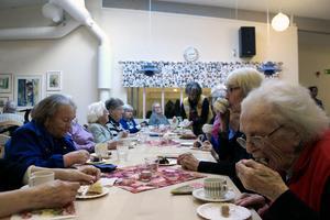 Festdeltagarna lät sig väl smaka av tårtorna och kaffet.