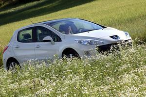Massor av glas. Att åka Peugeot 308 med helglasat tak är nästan som att åka cabriolet. Foto: Rolf Gildenlöw