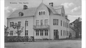 I dag är fasaden på Villa Oppeby inklädd i byggställningar och plast. Såhär såg huset ut när det var nybyggt.