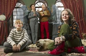 I årets julkalender på SVT får tittarna återvända till det hemsökta slottet Greveholm. I rollerna ses Rikard Ulvshammar (pappa Stig), Sanna Persson Halapi (mamma Kicki), Saga Petersson (Saga), Axel Paulander (Benny), Sven Ahlström (spöket Jean) och Pierre Lindstedt (spöket Jean).