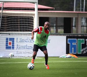 Bachirou är en teknisk defensiv mittfältare, född i Frankrike, men som gjort tre landskamper för Komorerna.