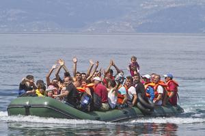 Glädje och lättnad över att ha nått Lesbos. Om de hamnar på ett asylboende i Sverige ska de inte riskera att brinna inne.
