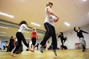 Trots att sportlovet är det vitaste på länge finns det många som nöjer sig med inomhusaktiviteter. En kurs i koreografi står på schemat på Ackes dansskola.