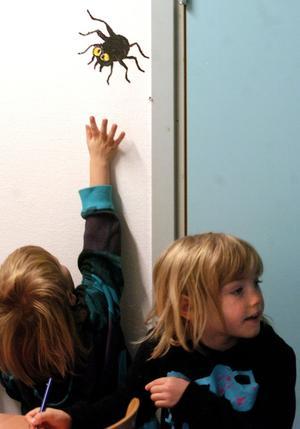 5 - SPINDELJAKT. Sixten och Stina Sandström hittade flera av de spindlar som fanns på förskolans väggar.