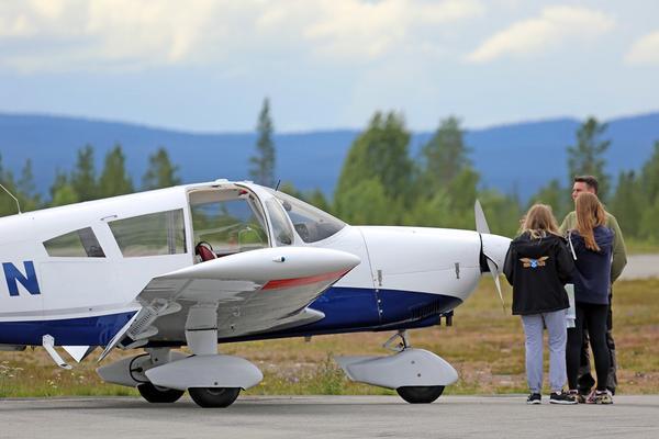 Piloten går igenom planet med sina elever innan de kan lyfta