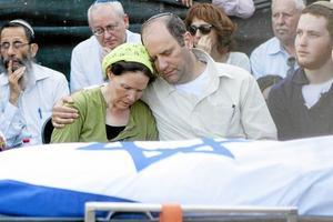 sörjande israelisk familj. Deras son begravs. Israel drabbas orättvist av omvärldens kritik, menar skribenten.Foto: Tomer Appelbaum/TT