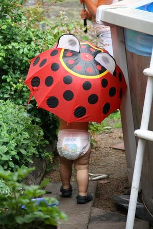 Min son Wilton 2 år tycker om att bli blöt i poolen men inte av regn.