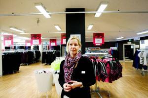 """""""Vi håller på att förhandla om nya lokaler och hoppas att det blir klart så snart som möjligt. Det blir en tillfällig lokal"""", säger Sandrina Zetterström, butikschef Lindex citybutiken."""