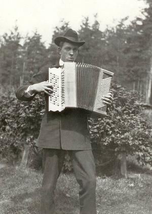 Den unge Albin Hagström med sitt dragspel på 1920-talet - mannen som grundade Hagströmkoncernen.