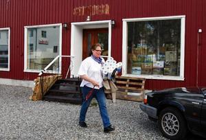 """Eva Pettersson har köpt en gammal släktgård i Rörström, åtta kilometer norr om Hoting, och flyttade 1 maj """"hem"""" efter 35 år i Borås. I slutet av månaden ska hon uppfylla ännu en dröm genom att öppna en ny butik i Hoting med blommor, gardiner och inredning. """"Det är så oerhört vackert här"""", säger Eva Pettersson när hon går omkring hemma på gården.Förra veckan började inredning och prylar landa i Hoting och nu jobb-ar Eva Pettersson för fullt med att packa upp och ställa i ordning inför öppningsdagen 28 maj."""
