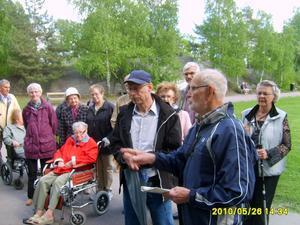 Onsdagen den 26 maj blev ett antal pensionärer från Pingstkyrkan guidade bland Sam Lidmans stenar och inskriptioner av Ruben Ekerby. Utflykten avslutades med fika på Djäknebergets servering.