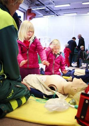 Julia Blomgren och kompisen Josefin Persson från Brunflo lär sig att göra hjärtmassage av ambulanssjuksköterskan Marie Larsson.