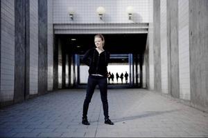 """Hur mycket popstjärna kan man egentligen vara som supersvenne? Den frågan ställer Sofia Nordström, kanske allra mest till sig själv, på debutalbumet """"Plastic Paradise"""" som släpps i oktober."""