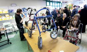 Många äldre passade på att få gratis rollatorbesiktning igår på Hjälpmedel Sam i Hagaström.