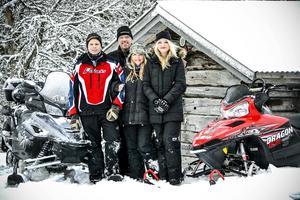Familjen Öberg trivs i Vallrun. Från vänster Emil, Håkan, Pernilla och Emma vid snöskotrarna som är en stor del av det nya livet.