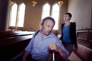 Rolf Anderzon och Mervi Junkonen reser i juli runt i länets kyrkor för att göra en dokumentärfilm om tystnad.– Man får syn på rätt mycket när man har på sig tystnadsbrillorna, säger Rolf Anderzon.