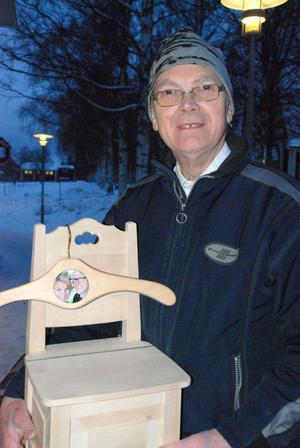 Åke Alm från Siljansnäs kom med en liten lådstol och en galge med fotografi.
