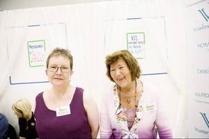 Gudrun Jonsson-Delin och Marlene Olbrant från Vuxendöva i Sverige raggar medlemmar till sin förening.