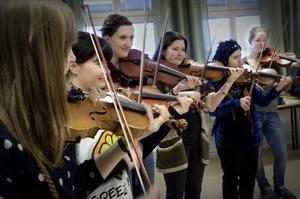 Linnea Westlund, Sophia Godau, Emelie Westlund, Isabel Godau, Theresa Godau och Mathilda Lindberg repeterar en violinkonsert av Seitz.