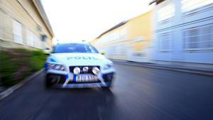 Polis, polisbil, utryckning, blåljus, larm