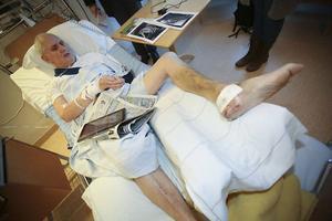 När Åke Handler skulle hämta sin jakthund i skogen – mitt under stormen Ivar – blåste en tall över honom. Följden blev 1,5 liter blod i lungorna och skadad mjälte. På vänster kroppssida, där tallen föll, gick nyckelbenet av och samtliga revben. Skulderbladet krossades och hälen på vänster fot splittrades i ett tiotal benbitar. På höger kroppssida gick alla revben av utom två.