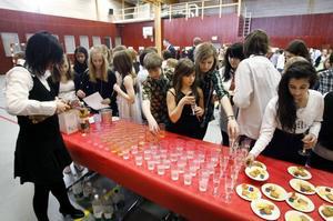 Cocktailparty med bubbel och tilltugg bjöds det på under den frivilliga lektionen i vett och etikett i april.