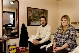 på hotell. Bosse Carlsson och Agneta Kring Carlsson förlorade sin  bostad på grund av radhusbranden i Sätra. Och det är inte första gången det händer.För 19 år sedan fick de fly med sin son ur sin brinnande lägenhet på Rymningsgatan sedan tv:n fattat eld. Då liksom nu blev de inkvarterade på hotell. På torsdag får de flytta till en jourlägenhet i Sätra.