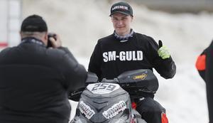 John Stenberg poserar framför en av flera fotografer efter SM-guldet i Östersund.