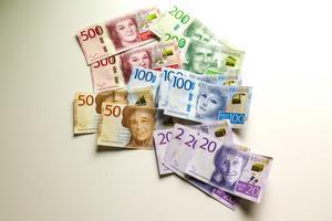 Nu i oktober kom operasopranen Birgit Nilsson på 500-kronorssedlarna och filmstjärnan Greta Garbo på hundralapparna. Sedan 2015 finns filmregissören Ingmar Bergman på 200-kronorssedlarna, vispoeten Evert Taube på 50-kronorssedlarna, barnboksförfattaren Astrid Lindgren på 20-kronorssedlarna, och Dag Hammarskjöld som var FN:s generalsekreterare på tusenlapparna .