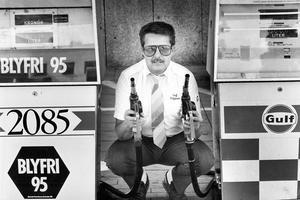 Tidigare ägare. Nils Stahre drev macken på 1980-talet då den hette Gulf. Så här porträtterades han i en artikel i VLT 1986 när macken införde nyheten blyfri bensin. När VLT pratar med honom i dag nämner han spontant att macken hade många trogna kunder även på den tiden.