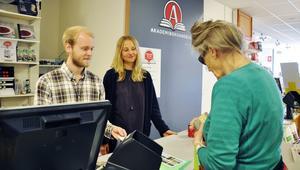 – De allra flesta verkar köpa pyssel för semestern och underhållning för baksätet, säger försäljaren Julia Eddelid tillsammans med kollegan Alexander Pålstam som expedierar stamkunden Elisabet Lundvall som köpt skrivpapper och kort.
