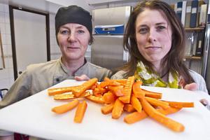 Ekologiska morötter är redan rutin, Nu höjer kockarna Ann-Charlotte Berglin och Lisa Rydbäck målet.  – Vi ska slå Sodexo! säger de.