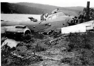 Historia. Denna bild är tagen på flygkraschen i Värmland den åttonde maj 1945. Foto: Från Göte Olssons samlingar