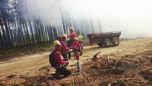 Att bränna skog på förhand för att svälta ut den framrusande skogsbranden är en av flera metoder som används för att bromsa skogsbrandens framfart.