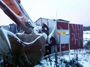 NÄRA. Tjuven lyckades missa högspänningsledningarna med 12 000 volt när nätstationen på Tuna-området krossades av den stulna grävmaskinen.